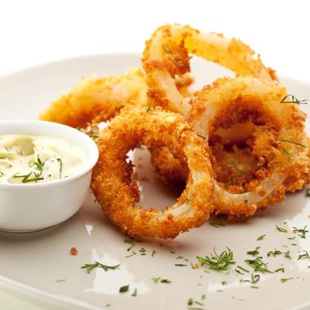 calamares: Calamares fritos profundos Anillos con salsa de Tazón Foto de archivo