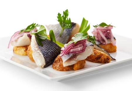 legumbres secas: Jomemade Alimentos - Pescado salado suave con cebollas marinadas y patata asada Foto de archivo