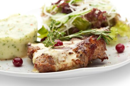 comida gourmet: Carne de cerdo a la plancha con patatas y verduras crudas mushed
