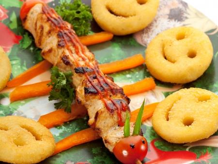 pinchos morunos: Niños Alimentos - Carne de barbacoa con patatas fritas