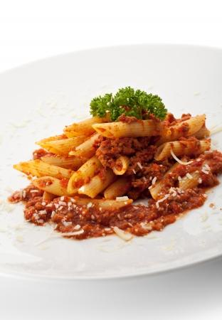macarrones: Pasta Penne con salsa boloñesa. Adornado con perejil Foto de archivo