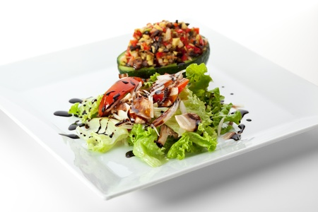 aguacate: Ensalada de aguacate - Mix de hojas ensalada, rellenos de aguacate, pimentón, champiñones, salsa de balsámico