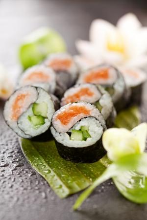 Yin Yang Maki Sushi - Roll faite de saumon frais et concombre à l'intérieur. Nori extérieur Banque d'images
