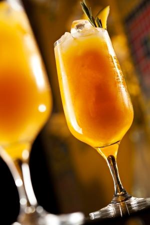 cocktail fruit: Romero Cocktail - Golden Rum, Rosemary, frutas y jugo de jarabe Foto de archivo