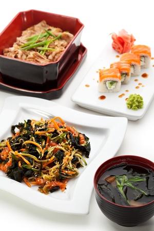 maki sushi: Japanese Food - Salade de l�gumes, fruits de mer Soupe, sushi Maki, de porc avec du riz Banque d'images