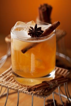 Cocktail avec le rhum, jus de pomme et sirop de cannelle