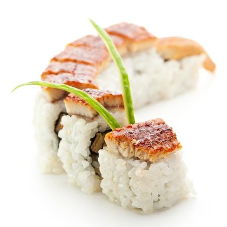 japanese sake: Roll hizo de anguila ahumada y hortalizas en el interior. Cubierto con anguila ahumada (unagi)