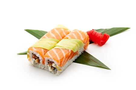 maki sushi: Arc-en-Maki Sushi - Roll with Eel fum� (unagi) et fromage � la cr�me � l'int�rieur. Saumon et d'avocat � l'ext�rieur