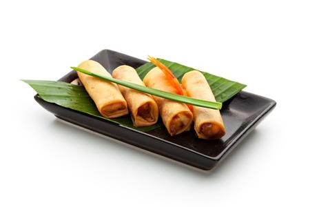 plato de comida: Rollos de primavera fritos sobre Plato Negro