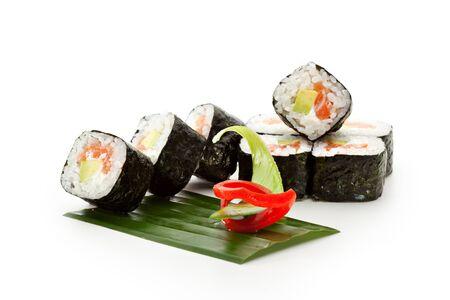 japanese sake: Maki Sushi - Roll con salmón ahumado, queso crema de aguacate dentro. Nori fuera