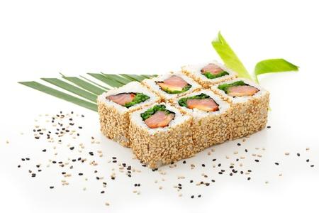 salmon ahumado: Maki Sushi - Roll con salmón ahumado, pimiento, hojas de ensalada y en el interior de Chuka algas. Sesame exterior. Se sirve con la hoja del plátano