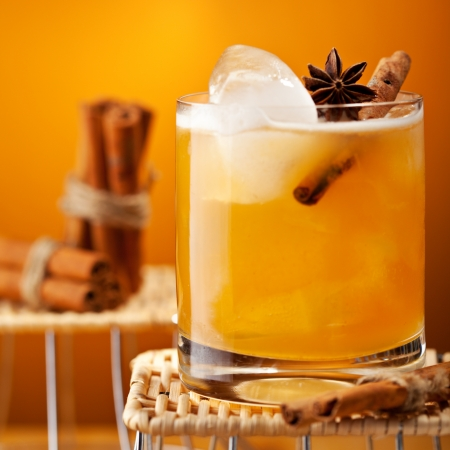 cinnamon stick: Cocktail with Rum, Apple Juice and Cinnamon Syrup Stock Photo