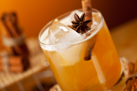 wicker bar: Cocktail with Rum, Apple Juice and Cinnamon Syrup Stock Photo