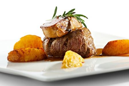 Filet de veau garni de foie gras. Garni de tranches de pommes de terre frites Banque d'images