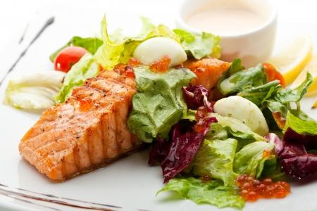 plato de comida: Salm�n a la plancha con verduras, huevos y salsa de crema agria