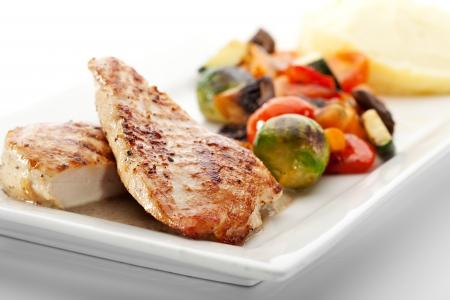 으깬: 으깬 감자와 야채와 함께 BBQ 치킨