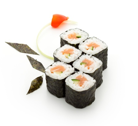 comida japonesa: Sake Maki Sushi - Roll con salmón fresco y pepino Foto de archivo