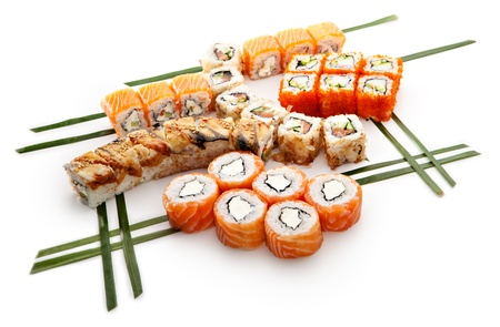 japanese sake: Set de sushi - diferentes tipos de Maki Sushi. Sirvió en hojas verdes Foto de archivo
