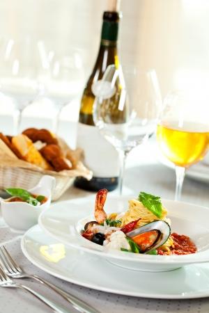 Meeresfrüchte Spaghetti mit Tiger-Garnelen, Jakobsmuscheln, Muscheln, Calamari, Lachs und Tomaten Sauce