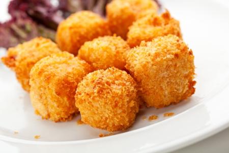 Profonde palline di formaggio fritte