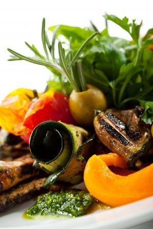 chiles picantes: Verduras a la parrilla con hierbas verdes frescas