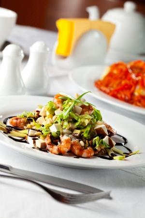 Salat mit Feta-Käse Cubed und Meeresfrüchte
