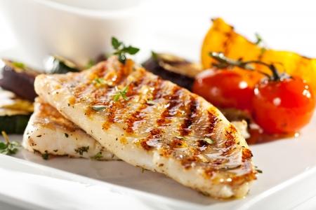 グリルした魚のフィレとバーベキュー野菜