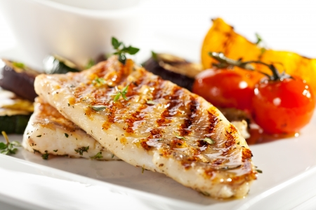 BBQ의 야채와 함께 구운 된 생선 필렛
