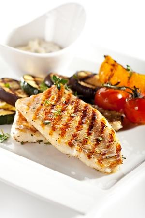 Gegrilltes Fischfilet mit Grillgemüse Lizenzfreie Bilder