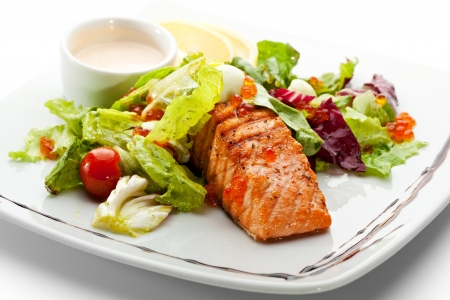 plato de pescado: Salm?n a la plancha con verduras, huevos y salsa de crema agria Foto de archivo