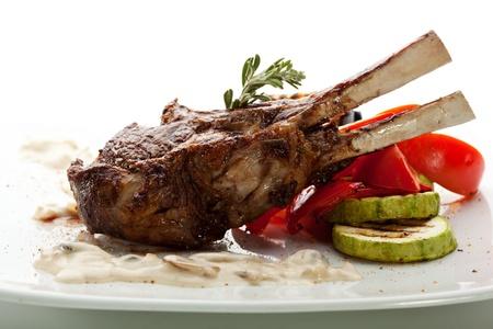Gegrilde lamsrack met champignons saus en BBQ Groenten Stockfoto