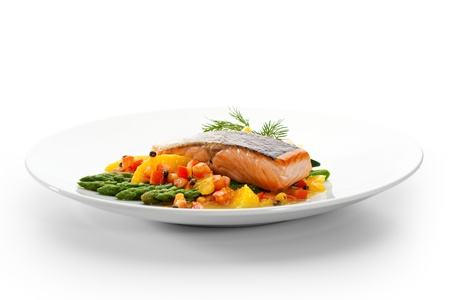 Lachssteak mit Obst, Gemüse, Spargel und Zitrone