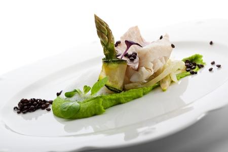 seabass: Filete de lubina al vapor con crema de guisantes verdes y esp�rragos