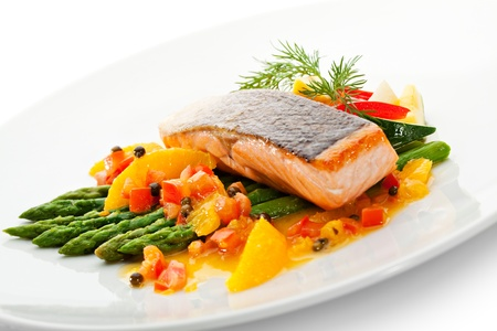 Lachssteak mit Obst, Gemüse, Spargel und Zitrone Standard-Bild - 21472787