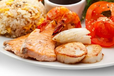 petoncle: Déjeuner - Salade, tranches de tomate, fruits de mer soupe, frit aux légumes, fruits de mer frits et riz frit Banque d'images