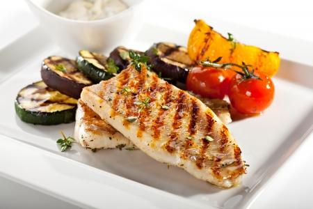 plato de pescado: Filete de pescado a la parrilla con verduras barbacoa Foto de archivo