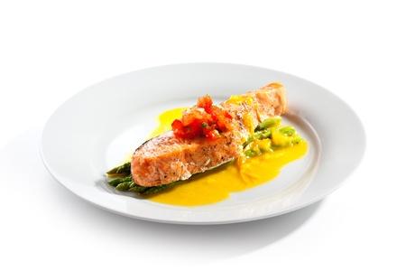 frijoles rojos: Filete de salmón con espárragos y salsa de limón