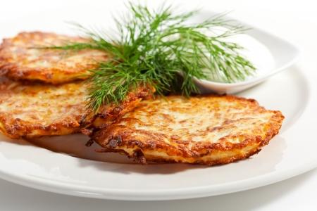 papas doradas: Croquetas de patata con crema agria y eneldo
