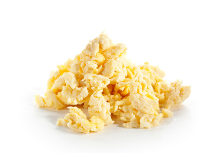 scrambled eggs: Huevos revueltos aislado más de blanco