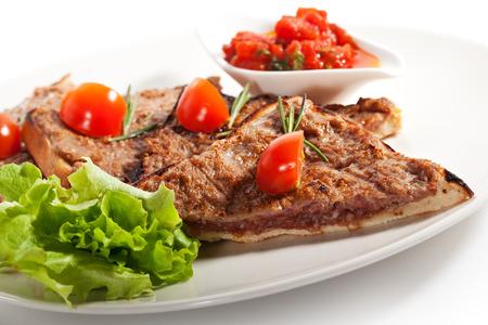 higado de pollo: Pan tostado con carne Pate. Adornado con salsa de tomate