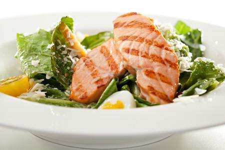 ensalada cesar: Ensalada César con salmón BBQ Foto de archivo
