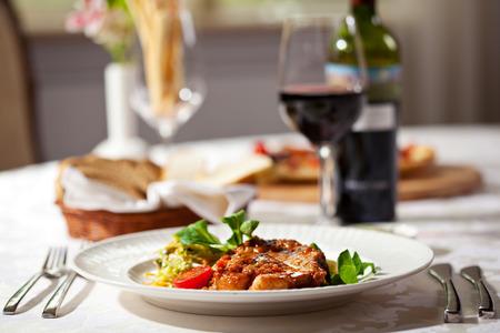 gourmet dinner: Lomo de cerdo con pur� de patatas y verduras Foto de archivo