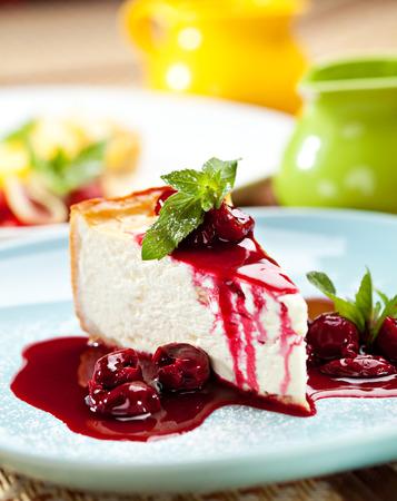 Dessert - Käsekuchen mit Beeren Sauce und Grüne Minze Standard-Bild - 26680474