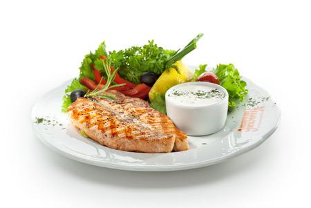 Gegrillter Lachs mit Gemüse, Eier und Sour Cream Sauce Standard-Bild - 26680476