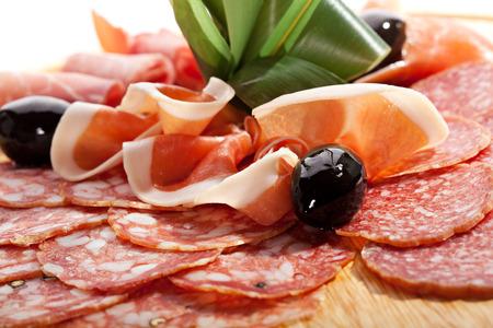 salami: Embutidos Placa de madera con aceitunas