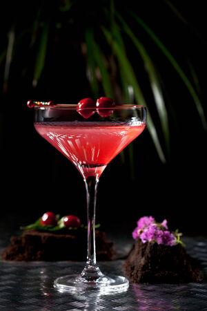 copa martini: Coctel alcoh�lico rojo con la cereza. Martini Glass