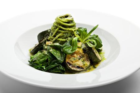 zapallitos: Espaguetis con calabac�n verde, espinacas frescas y salsa pesto Foto de archivo