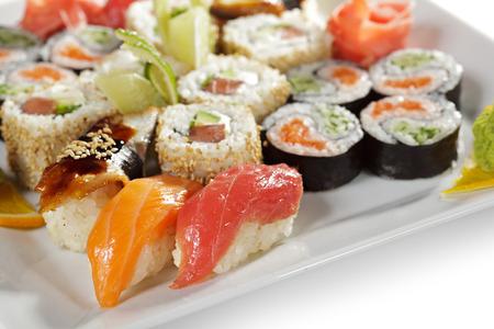 japanese sake: Conjunto del sushi - Maki Sushi y Nigiri Sushi Foto de archivo