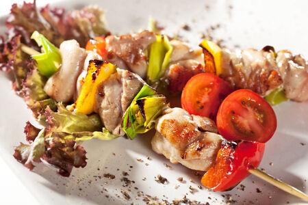 comida japonesa: Pollo ensartado japon�s con verduras Foto de archivo