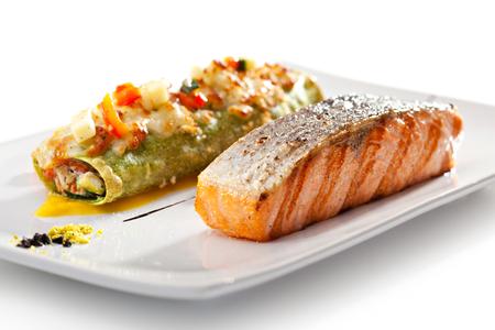 macarrones: Filete de salmón asado con Canelones Foto de archivo